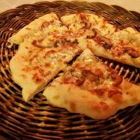 Pizza med hvit saus