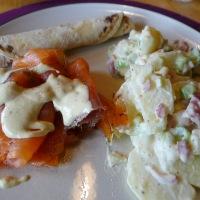 Røkelaks med potetsalat, sennepssaus og potetlefse