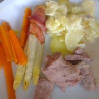 Kalverull sous-vide med asparges, parmesanpotet og gulrot