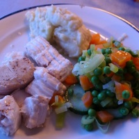 Bakt kveite med grønnsaker og jordskokkpure
