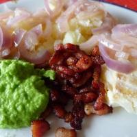 Klippfisk med løk, ertestuing og bacon