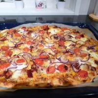 Pizza med kylling, bacon og hvit saus