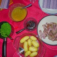Nakkekoteletter med eplesaus, erter, og engelske poteter
