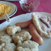 Komle med kålrabistappe, pølse, svin og bacon