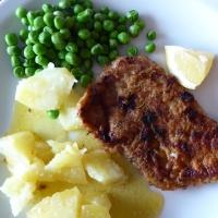 Kalvesnitzel med potet, erter og smør