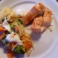 Laksefilet med grønnsaker og ingefæryoghurt