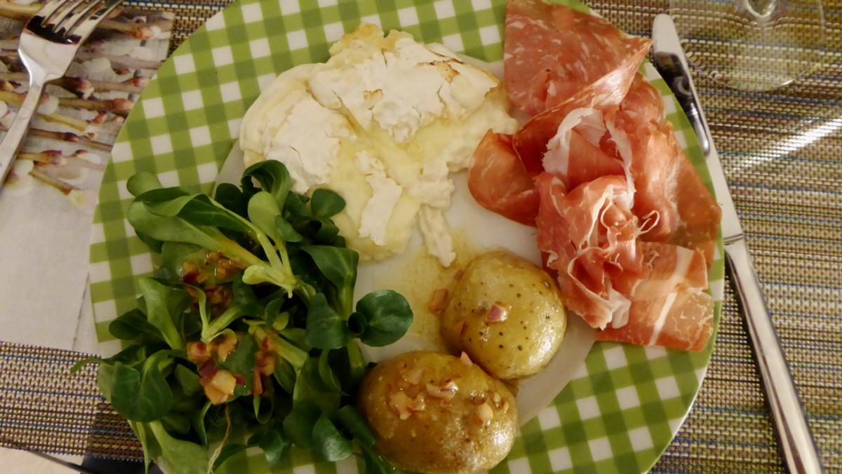 Smeltet ost med prosciutto, salat og poteter