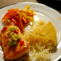 Sprøstekt fiskefilet med sursøte grønnsaker