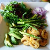 Scampi, asparges og avokado salat